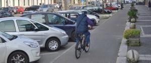 Auto parcheggiate lungo via Madonnina