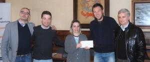 La mamma della piccola Annalisa riceve la donazione di Acusticamente dal sindaco Vantini