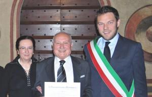 Umberto Marras al centro, con la moglie e il sindaco Vantini