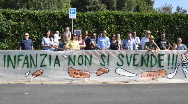 Protesta delle opposizioni davanti al Nido Sabin